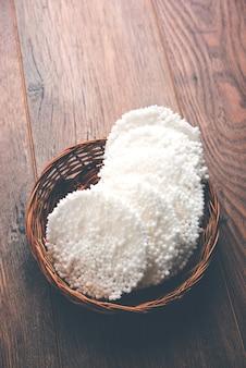 Sabudana papad ou sago pappadam est une grande collation frite croustillante blanche de forme circulaire généralement consommée pendant vrat ou fast dans la religion hindoue. servi dans un bol