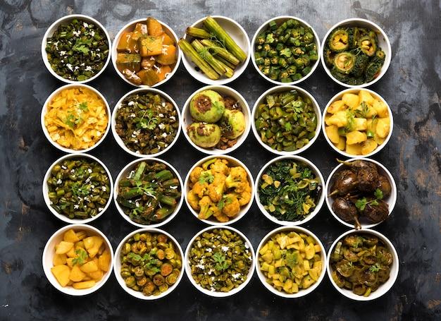 Sabzi indien, recettes de légumes frits servis dans un bol blanc sur une surface de mauvaise humeur ou colorée. mise au point sélective