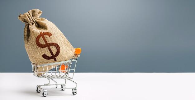 Sac d'argent en dollars sur un panier. profits et super profits. prêts et microcrédits