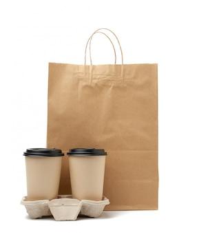 Sac artisanal en papier brun et gobelets jetables pour boissons chaudes dans le bac
