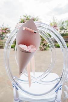 Sac artisanal avec des pétales de rose lors d'une cérémonie de mariage