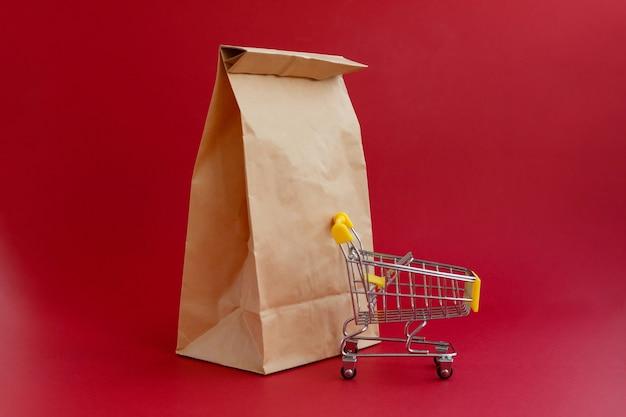 Sac d'artisanat en papier pour faire les courses et petit chariot d'épicerie