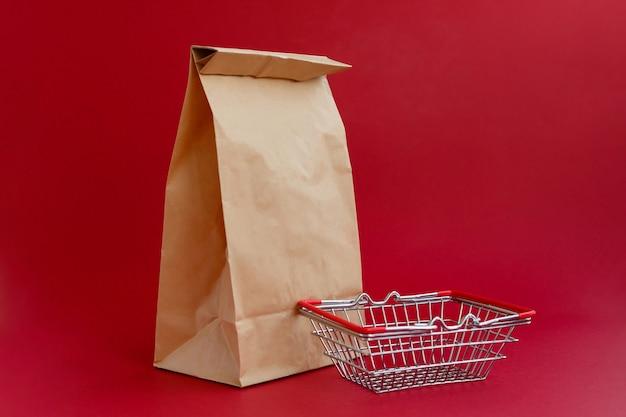 Sac d'artisanat en papier pour faire les courses et petit panier d'épicerie