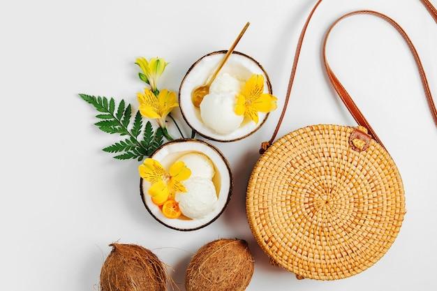 Sac de bambou et crème glacée dans la moitié de noix de coco. concept de vacances d'été.