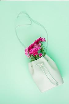 Sac de belles filles avec des fleurs. mode urbaine féminine, shopping, idées gfit, style printemps et été