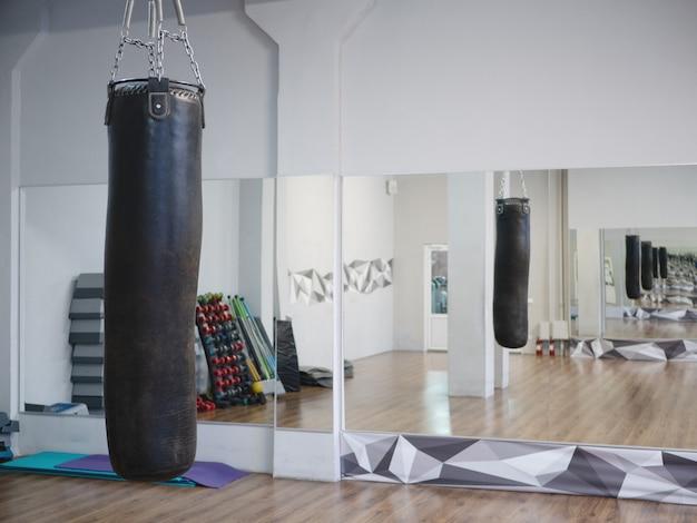 Sac de boxe dans la salle de fitness du fight club