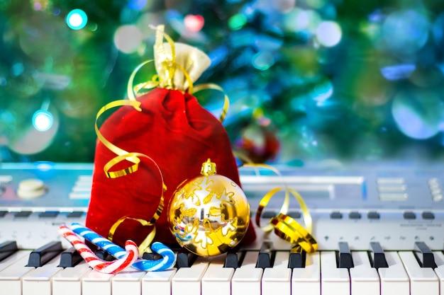 Sac cadeau et décorations de noël sur les touches du piano