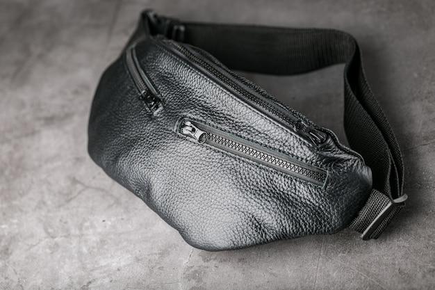 Sac ceinture en cuir noir texturé sur gris