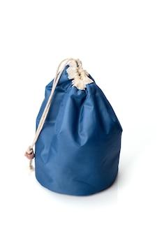 Sac cosmétique bleu isolé sur fond blanc