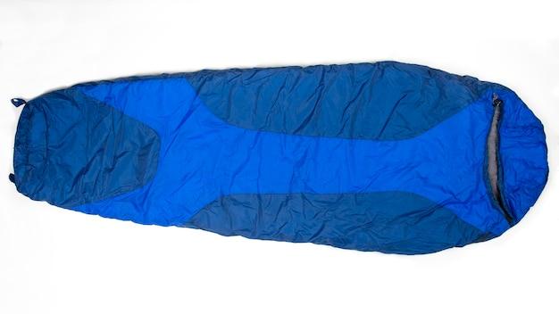 Sac de couchage sur un blanc. articles pour le tourisme et le camping