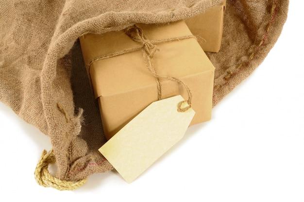 Sac de courrier avec des paquets emballés