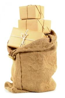 Sac de courrier rempli de colis en papier brun