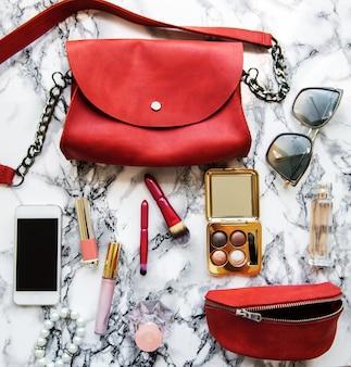 Sac en cuir rouge avec accessoires