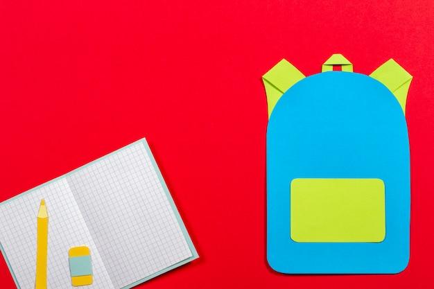 Sac à dos cartable, cahiers et crayons découpés en papier