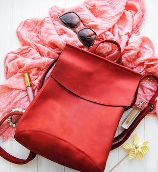 Sac à dos en cuir rouge avec accessoires