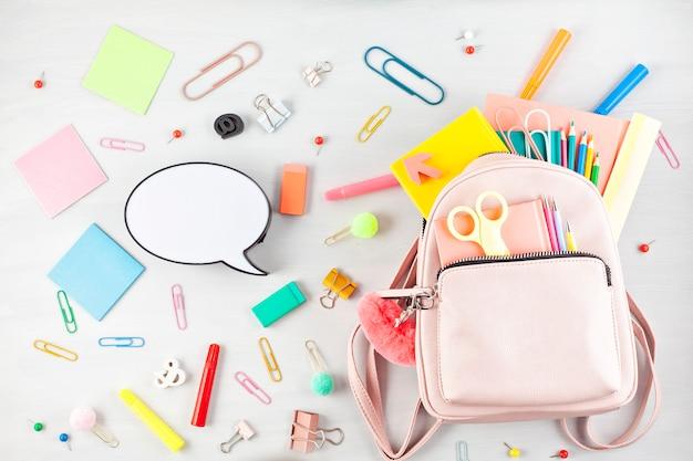 Sac à dos étudiant et diverses fournitures scolaires. étudier, l'éducation et le concept de retour à l'école