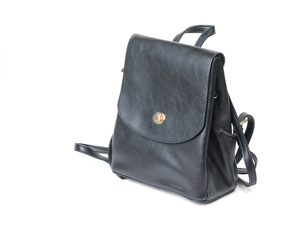 Sac à dos femme en cuir noir isolé sur une surface blanche. un type de sac populaire.