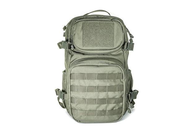 Sac à dos pour la randonnée et la chasse. sac à dos camouflage adapté à la forêt. sac à dos militaire camouflage woodland. sac à dos militaire isolé sur blanc.