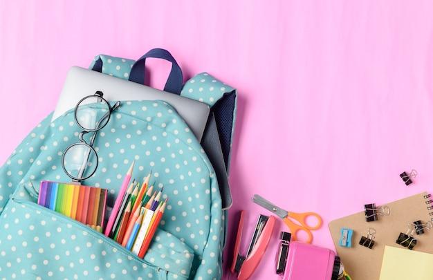 Sac à dos scolaire avec crayon de couleur et fournitures scolaires