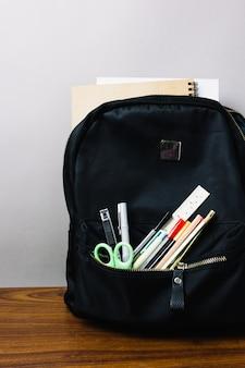 Sac à dos scolaire avec des fournitures