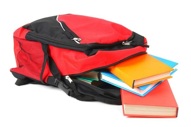 Sac à dos scolaire et livres. sur fond blanc.