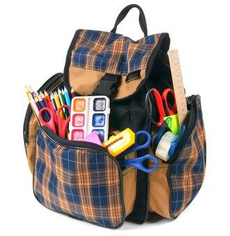 Sac à dos scolaire et outils scolaires. sur fond blanc.