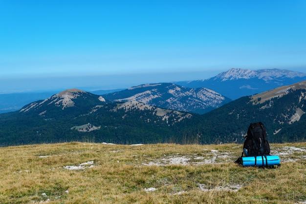 Sac à dos d'un touriste au sommet d'une montagne