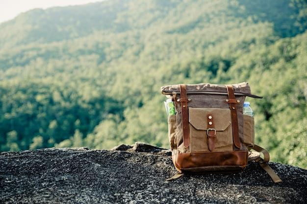 Sac à dos vintage mis au sommet de la montagne.