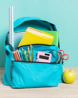 Sac d'école bleu avec des fournitures essentielles