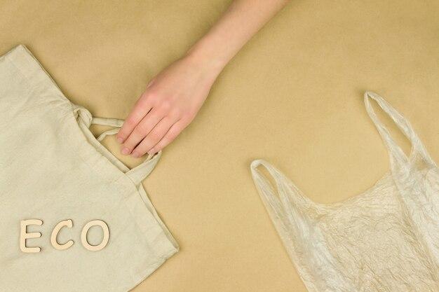 Le sac d'épicerie en plastique polyéthylène jetable est comparable au sac textile d'épicerie réutilisable.