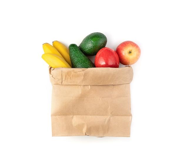 Sac est rempli de différents fruits frais sur fond blanc.