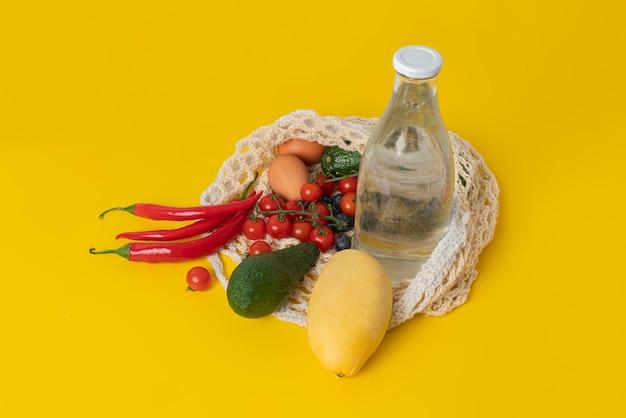 Le sac en filet de coton écologique avec des fruits, transporte l'environnement, recycle et zéro déchet