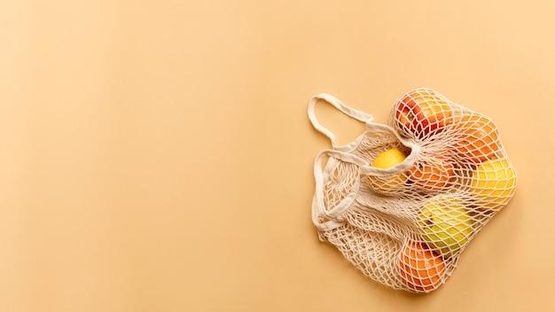 Sac filet réutilisable avec des fruits
