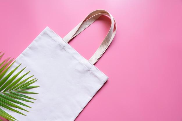 Sac fourre-tout en toile blanche. maquette de sac shopping en tissu avec espace de copie.