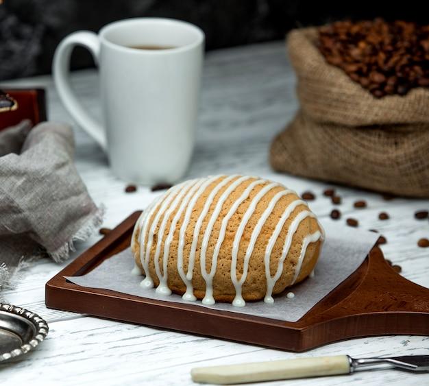 Sac avec des grains de café et du pain garni de crème