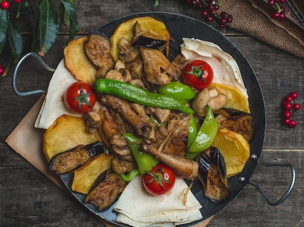 Sac ichi avec des cuisses de poulet et des légumes