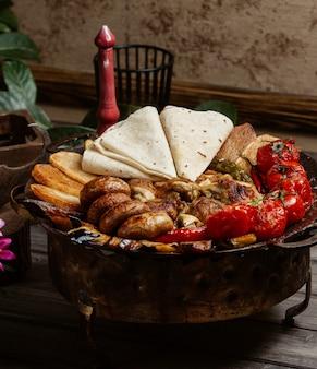 Sac ichi avec divers ingrédients et pain au lavash