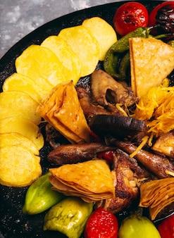 Sac ici nourriture azerbaïdjanaise avec poulet et légumes grillés au menu