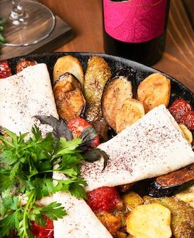 Sac ici, repas caucasien traditionnel avec viande frite et légumes servis avec lavash