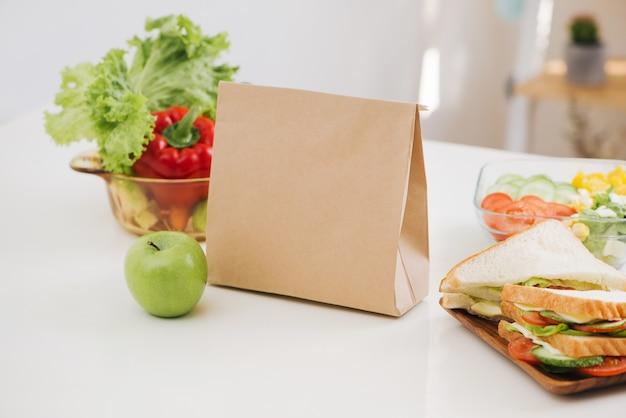 Sac à lunch avec sandwich et fruits