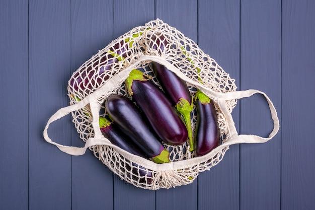 Sac de magasinage écologique avec des aubergines biologiques