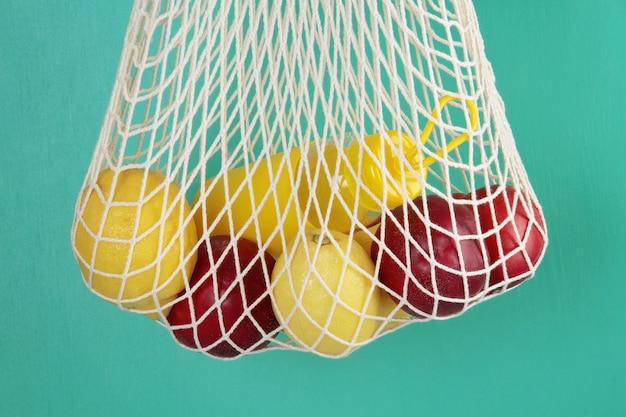 Sac de magasinage réutilisable avec citrons, fruits et bouteille en verre. zéro déchet, concept sans plastique.