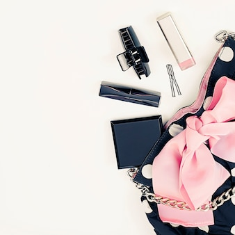 Sac à main affiche féminin avec des produits cosmétiques décoratifs.