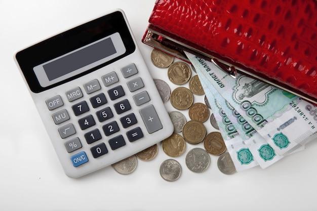 Sac à main avec de l'argent et une calculatrice