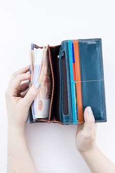 Sac à main avec de l'argent dans les mains