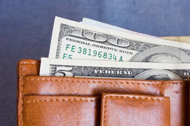 Sac à main avec des billets de cent dollars