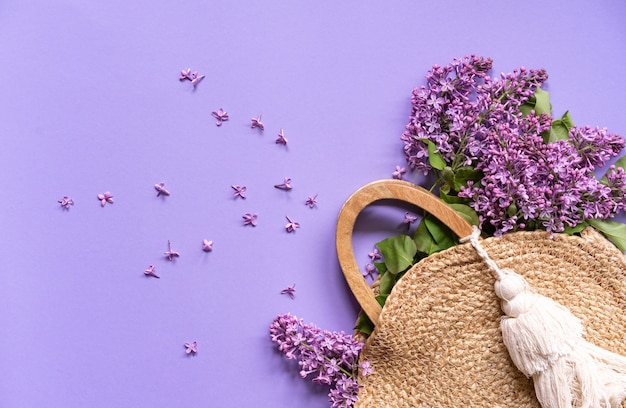 Sac à main en osier avec fleurs lilas