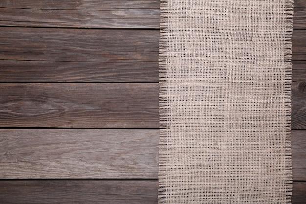 Un sac naturel sur bois gris, toile sur table en bois gris