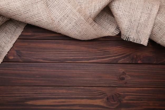Un sac naturel sur bois marron, toile sur table en bois marron