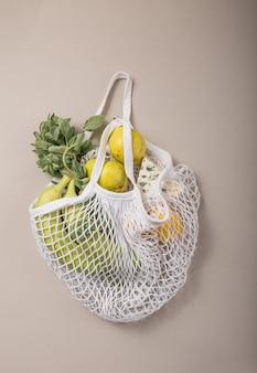 Sac naturel écologique avec fruits et légumes biologiques.